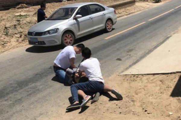 民警抓捕嫌犯时被刺伤 强忍疼痛夺刀擒凶