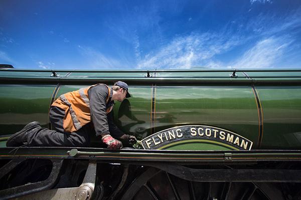 图揭英国宝级火车维修 曾创时速纪录