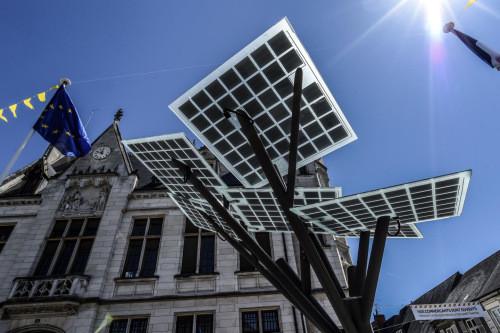 """欧洲种下第一棵""""电子树"""" 能充电上网和乘凉"""