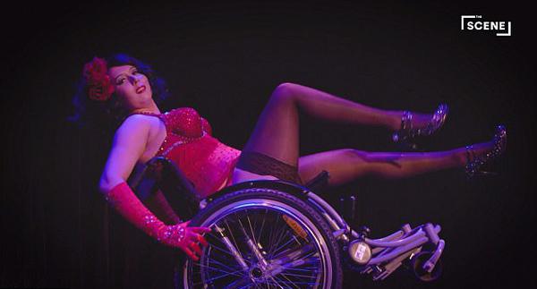 美残疾女子借助轮椅表演滑稽舞蹈艳惊四座