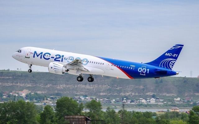 俄MC21大飞机成功首飞 是中国C919客机劲敌?