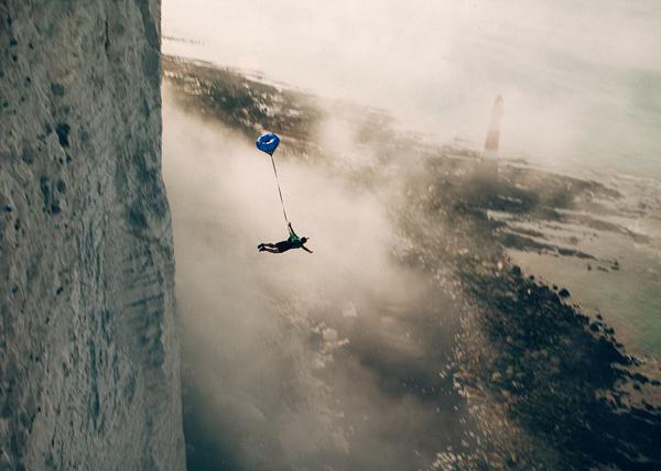 英16名跳伞爱好者征战比奇角 年均20人在此自杀