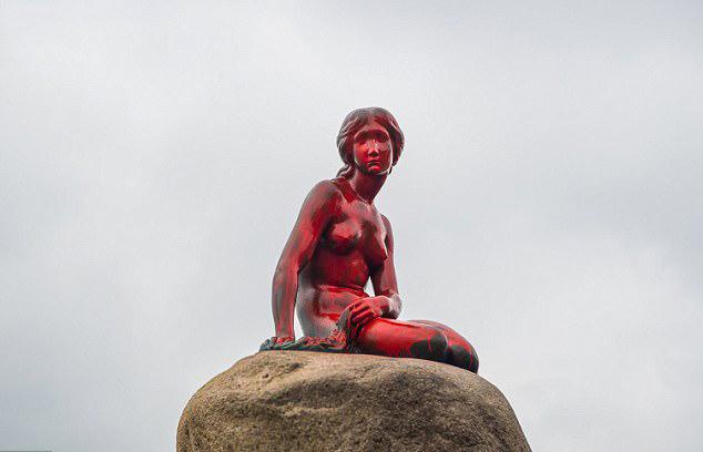 丹麦地标小美人鱼铜像遭捕鲸抗议者刷红漆
