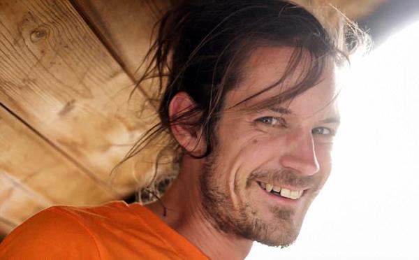 瑞士男子听摇滚乐高空走绳打破世界纪录