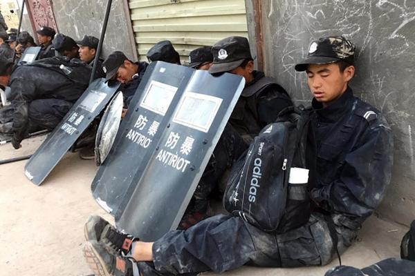 新疆一线警察执行任务的照片感动网友