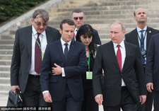 普京到访法国 马克龙亲自开观光车游览凡尔赛宫花园