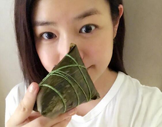 陈妍希素颜吃粽子 满脸胶原蛋白似少女