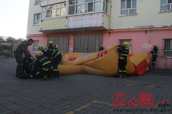 女子欲从4楼窗台飞身而下 救援人员临危拽住