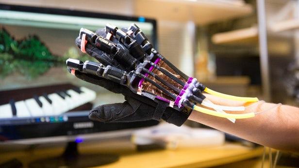 配备人工肌肉的手套为VR用户提供触感