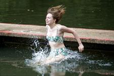 英民众享受日光浴 清凉一夏池塘跳水