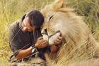"""南非""""狮语者""""与狮共舞"""