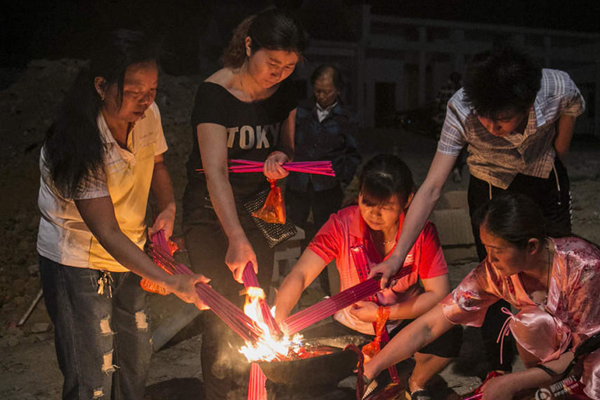 毛坦厂中学陪读家长凌晨烧头香为孩祈祷