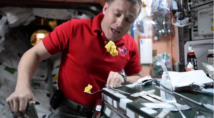 """科技雷不撕:NASA宇航员在太空制作""""布丁斜塔"""""""