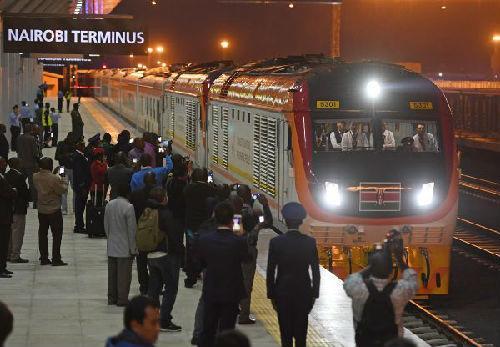 中国侨网5月31日,在肯尼亚首都内罗毕,首班从蒙巴萨发出的列车到达蒙内铁路内罗毕南站。新华社记者 陈诚 摄
