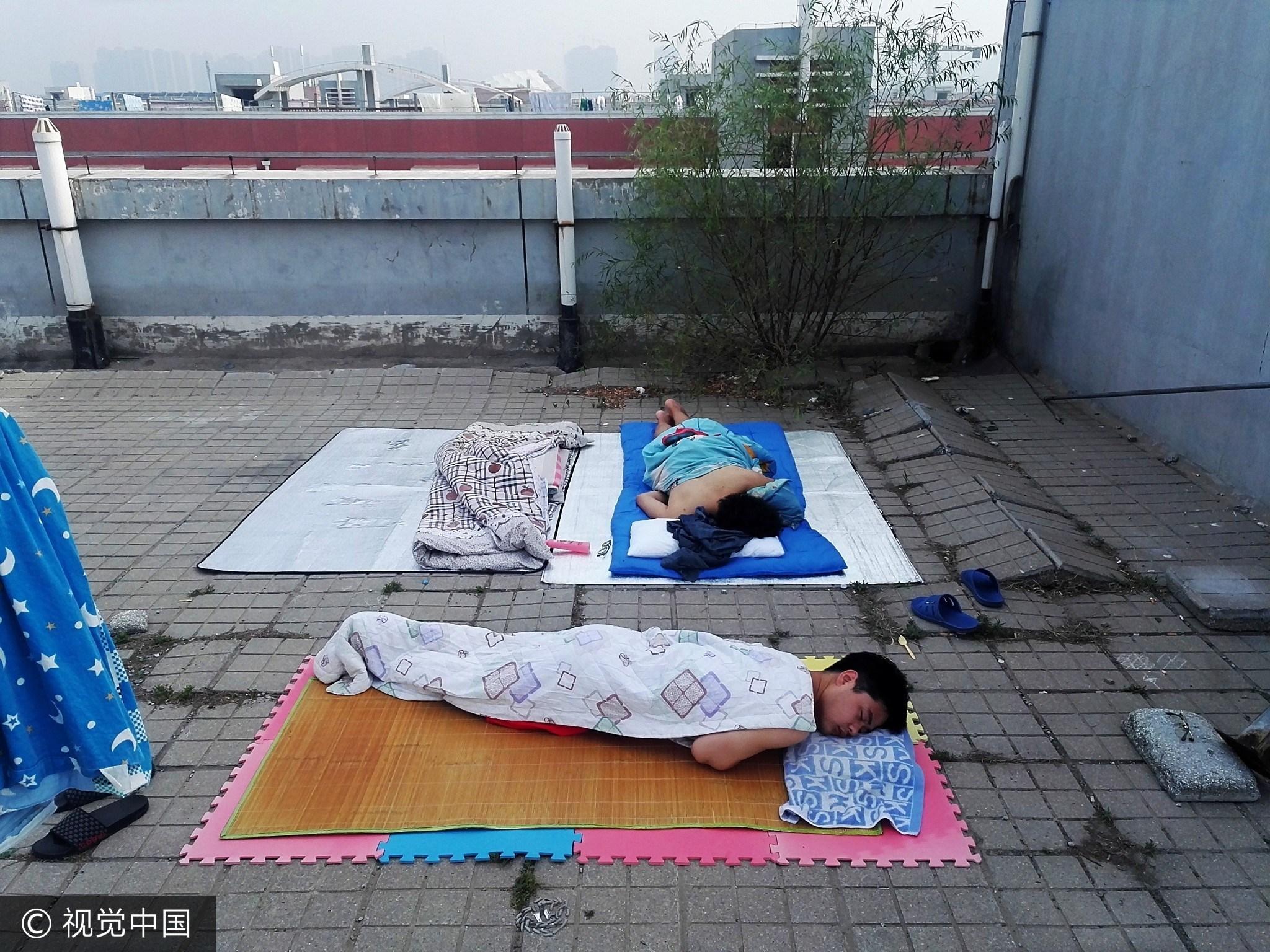 郑州一高校大学生避暑 睡楼顶打地铺