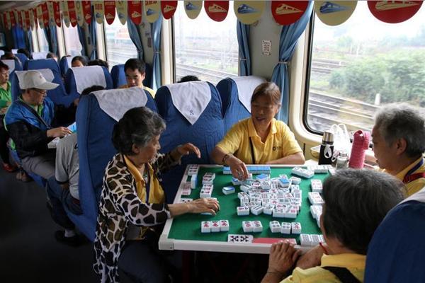 重庆400余名老人火车上进行麻将比赛