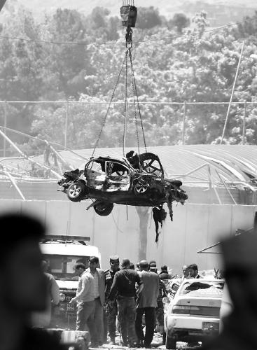 阿富汗首都喀布爾5 月31 日發生爆炸,至少400 人傷亡。圖為遭炸毀的車輛被起重機吊離現場。