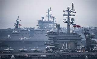 美军双航母战斗群与日军舰联合演习