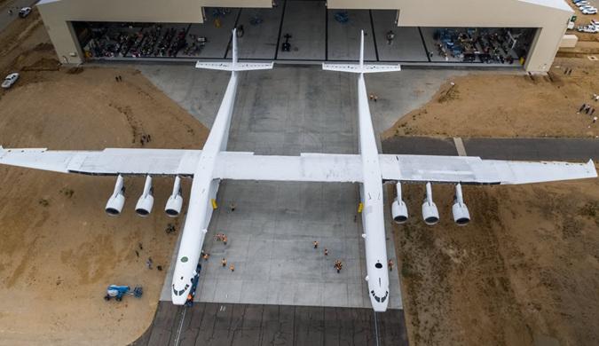 全球最大双机身飞机下线 可在万米高空发火箭