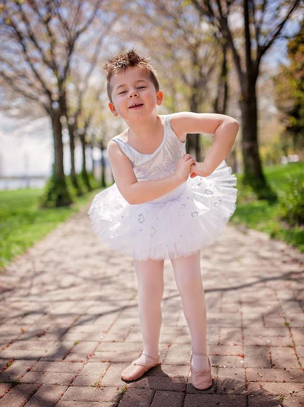 5岁男童爱穿裙子想当女生获父母支持