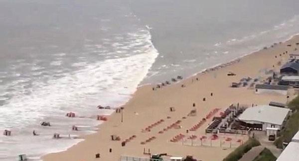荷兰遭遇小型海啸 2米高浪潮席卷沙滩