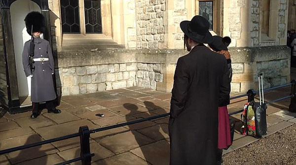 """英伦敦塔上一对夫妻扔手套""""调戏""""卫兵引公愤"""