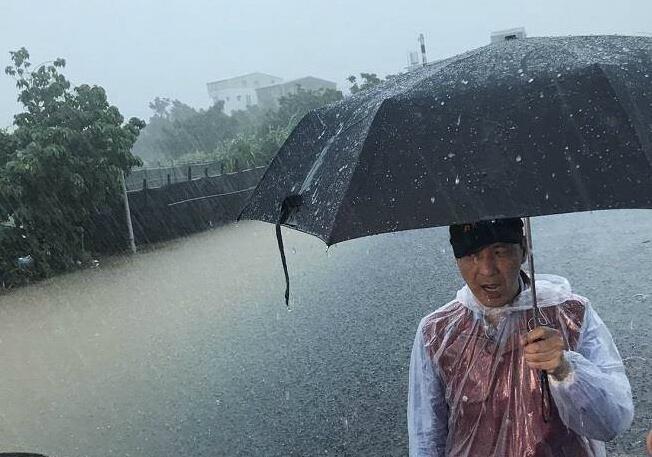 暴雨袭台似海水倒灌 朱立伦勘灾被淋成落汤鸡