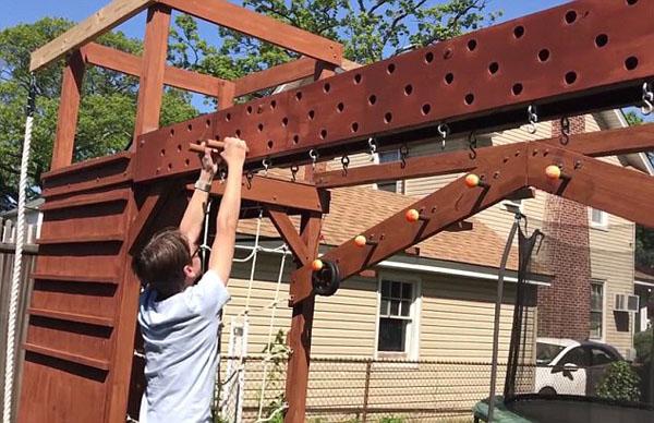 """美国好爸爸自家后院为儿子打造""""忍者""""训练场"""