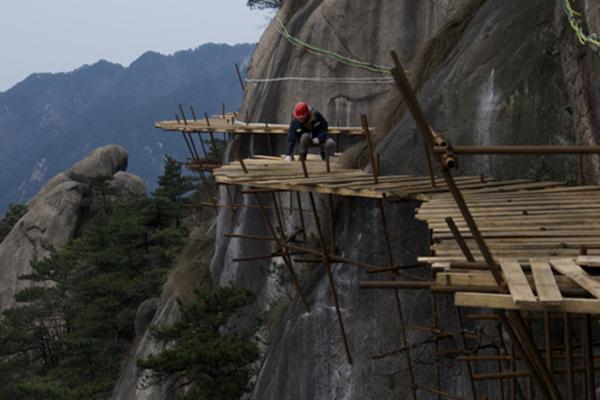 工人海拔千米绝壁修栈道 每天能挣500元