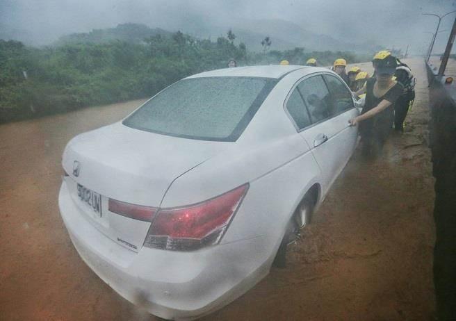 台湾遭暴雨来袭现场 破17年纪录