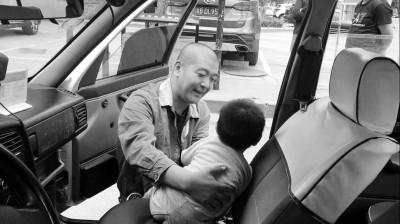 妈妈抱2岁娃往返近百公里找娃他爸 把娃扔给的哥
