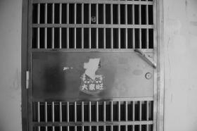 长沙一男童16楼坠亡 继母托举他爬上天台围墙获死刑