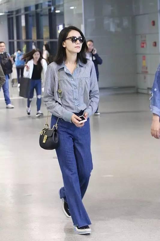 ▲ 蓝白长袖条纹衬衫搭配牛仔喇叭裤,衬衫+阔腿裤的基础搭配也是女