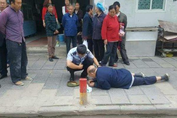 老人晕倒街头 众人围观没人敢扶