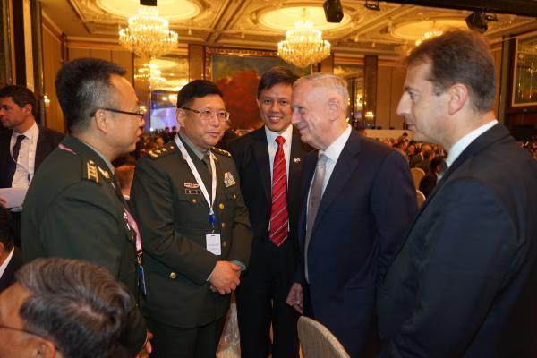中美军方代表团团长在香格里拉对话会上寒暄引关注