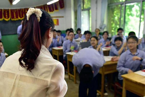 """高考生的""""最后一课"""":学生鞠躬敬恩师"""
