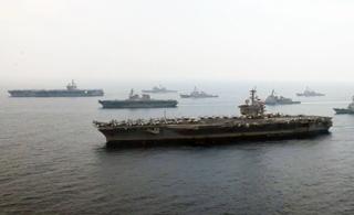 秀出新高度:航拍美日3艘航母齐聚展示实力