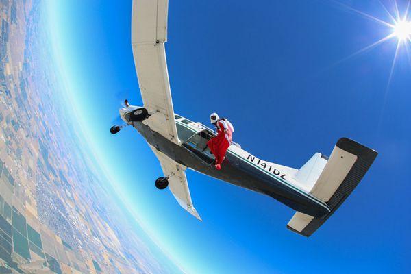 """世界第一""""飞人""""!英国牛人万米高空翼装飞行"""