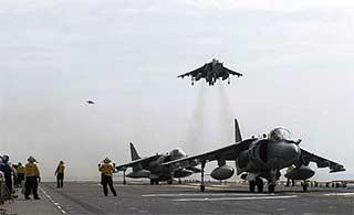 美军两栖攻击舰东海起降战机