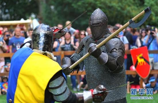 比利时布鲁塞尔举办中世纪节 吸引了大批游人