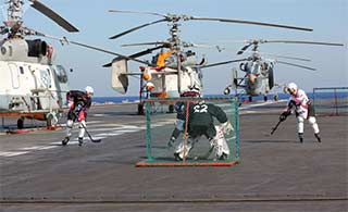 真会玩:俄罗斯水兵军舰上打冰球