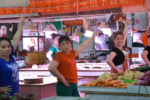 午后菜市场成舞场 卖菜大妈集体蹦迪