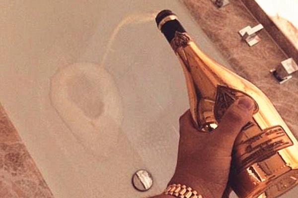 太娇奢!瑞士富二代发图狂炫富 用香槟洗澡