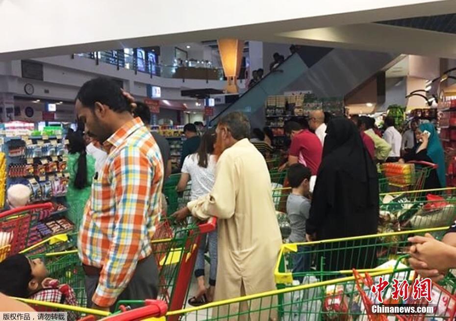 遭多国断交后 卡塔尔民众抢购物资