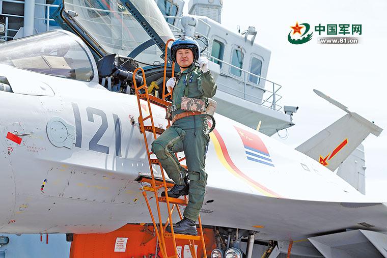歼15飞行员曾重伤住院419天 出院70天成功着舰