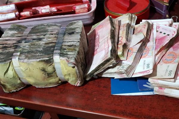16万元忘在车库长毛 银行用开水洗钱