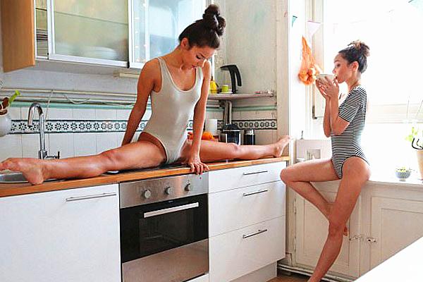乌克兰双胞胎姐妹花式秀柔韧性引关注