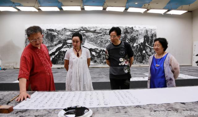 刘晓庆在国华影视基地拜师求艺