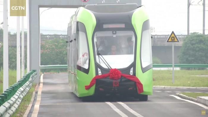 中国首列虚拟轨道列车亮相:载客307人