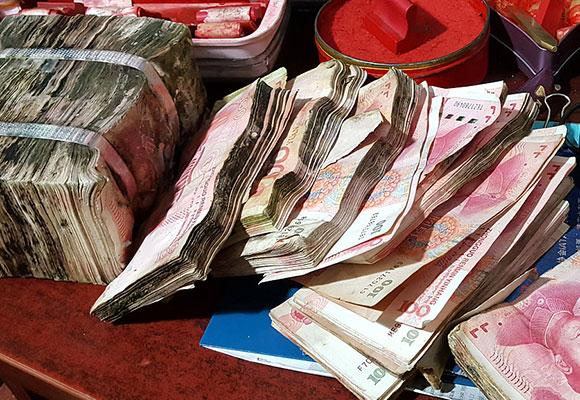 长春男子16万元钱发霉长毛 银行用开水洗钱